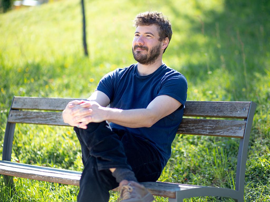 Frédéric Zwicker sitzt auf einer Bank